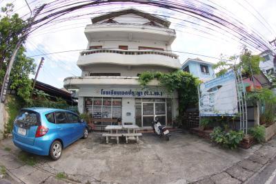Aek Panya School